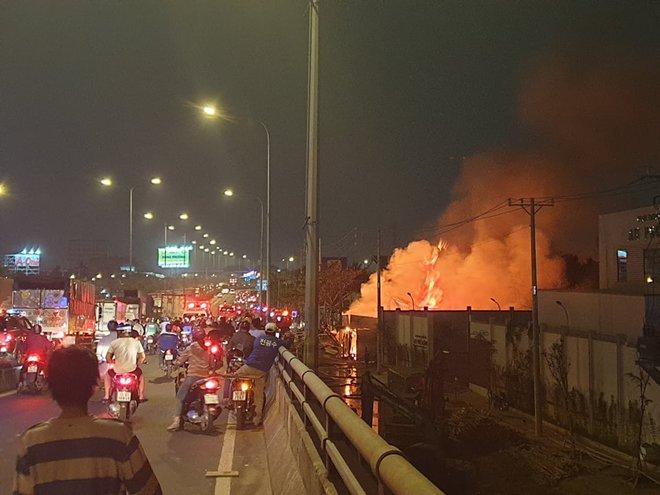 TP.HCM: Xưởng gỗ cháy rực sáng cả bầu trời, nhiều người ôm tài sản tháo chạy - ảnh 4