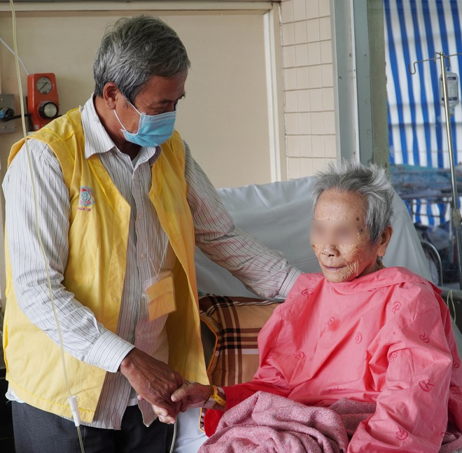 Con trai xúc động khi mẹ già 106 tuổi được thay khớp cổ xương đùi thành công sau khi té từ giường xuống đất - ảnh 1