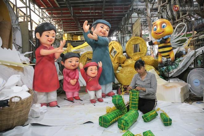 Ảnh: Cận cảnh đàn trâu đồng quê Việt Nam chuẩn bị ra đường hoa Nguyễn Huệ đón Tết Tân Sửu 2021 - ảnh 15