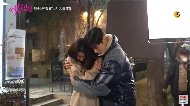 Bad boy Hwang In Yeop ngại ngùng thấy cưng khi đè ngửa ôm ấp Moon Ga Young ở hậu trường True Beauty - ảnh 4