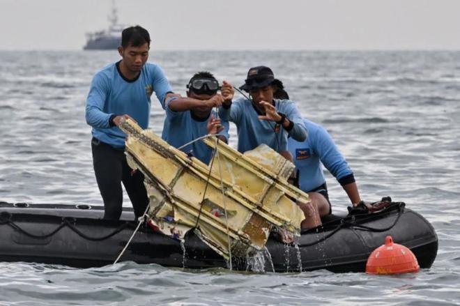 Indonesia tiếp tục tìm kiếm hộp đen và nạn nhân vụ rơi máy bay - ảnh 1