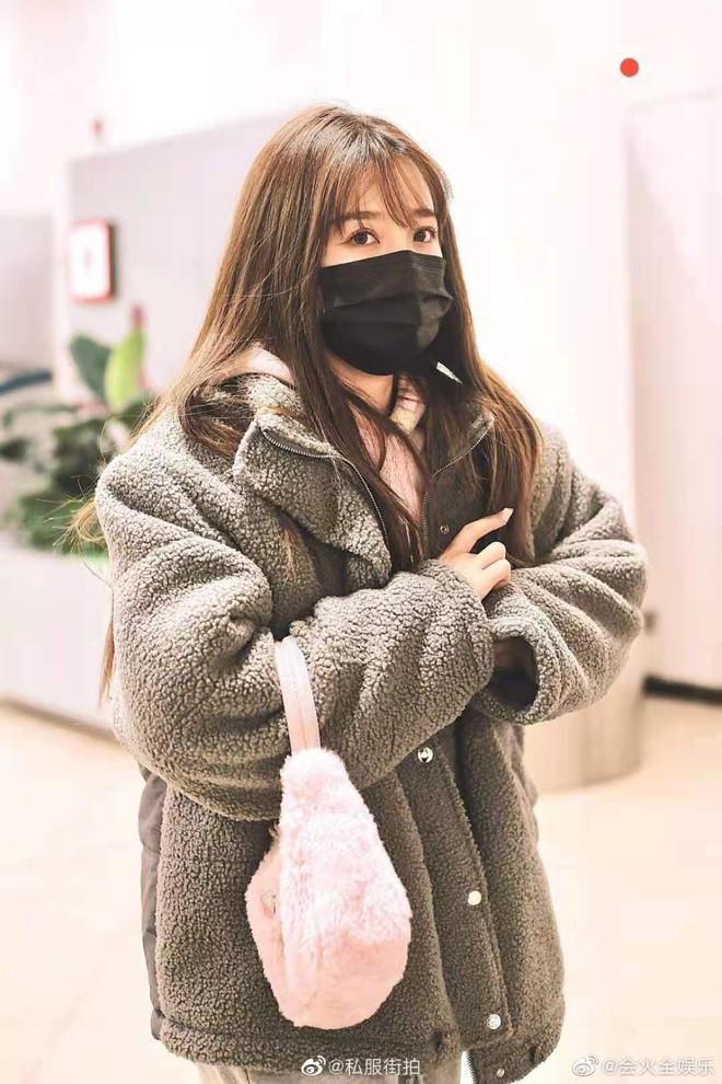 Bức ảnh thị phi nhất Weibo hôm nay: Khiến fan Triệu Lộ Tư và Ngu Thư Hân khẩu chiến dữ dội, Cnet cũng phải bó tay - ảnh 5
