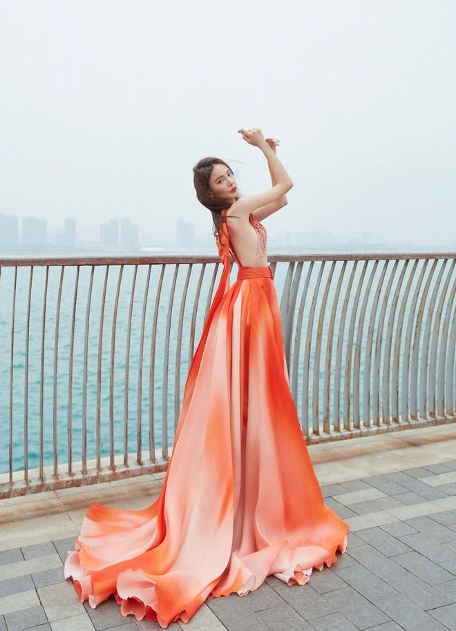 Thực trạng mùa Đông: Kim Thần run lẩy bẩy, rít lên vì chụp ảnh giữa trời -2 độ vì váy đã xẻ sâu lại còn mỏng tang - ảnh 5