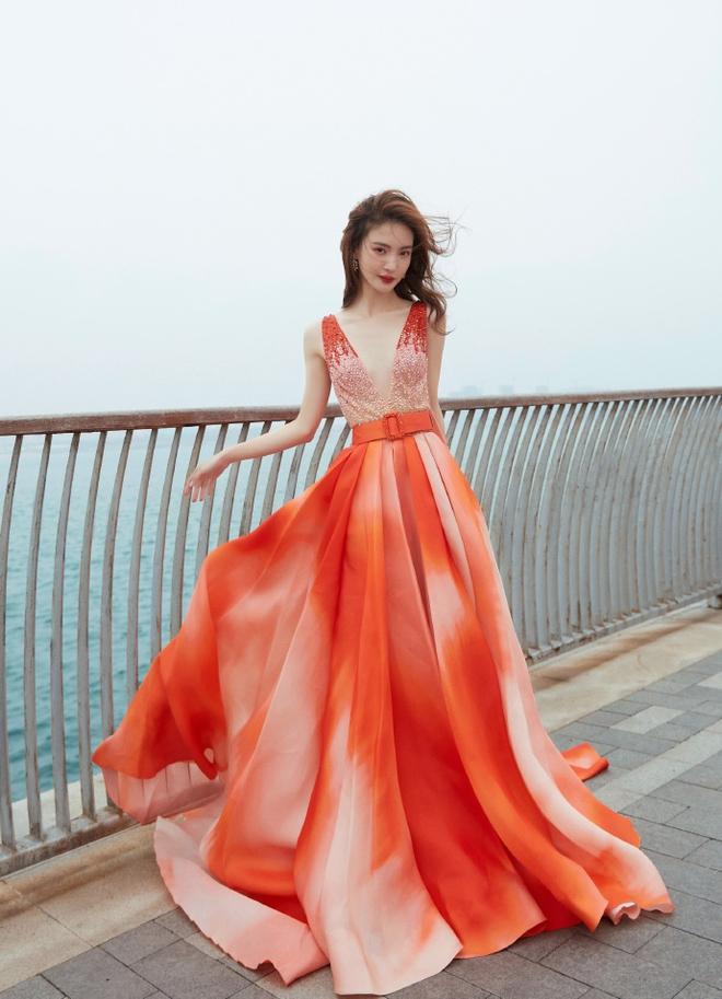Thực trạng mùa Đông: Kim Thần run lẩy bẩy, rít lên vì chụp ảnh giữa trời -2 độ vì váy đã xẻ sâu lại còn mỏng tang - ảnh 4