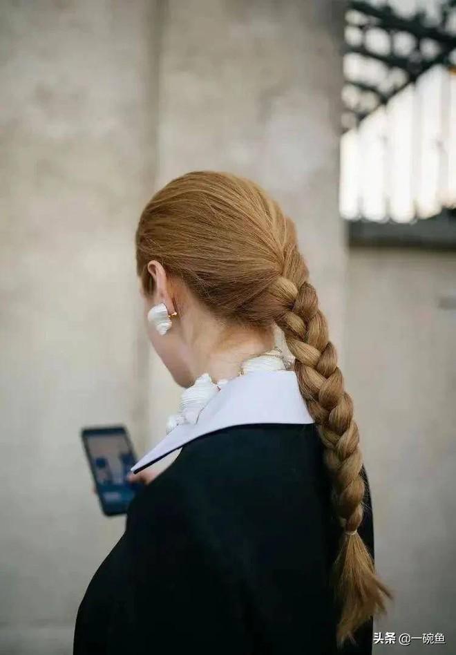 """""""Lười"""" như gái Pháp: Kiểu tóc """"rối"""" kinh điển nhưng sang ngút ngàn, ai ngắm cũng mê - Ảnh 11."""