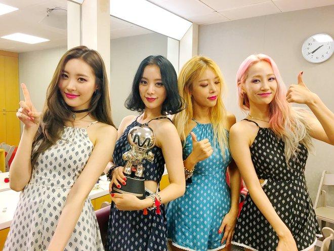 4 nhóm nữ nhà JYP đều mê diện váy ngắn nhưng style khác biệt hoàn toàn: Twice mê thanh lịch, đến ITZY lại chuộng cá tính - ảnh 1