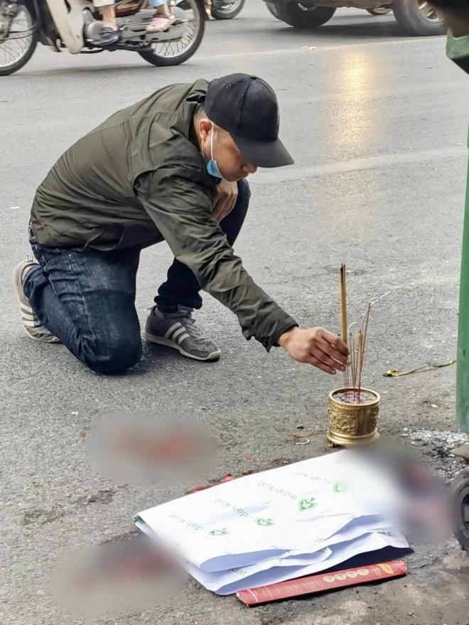 Hà Nội: Kinh hoàng phát hiện thai nhi trong chiếc túi đen cạnh thùng rác bị ô tô cán qua