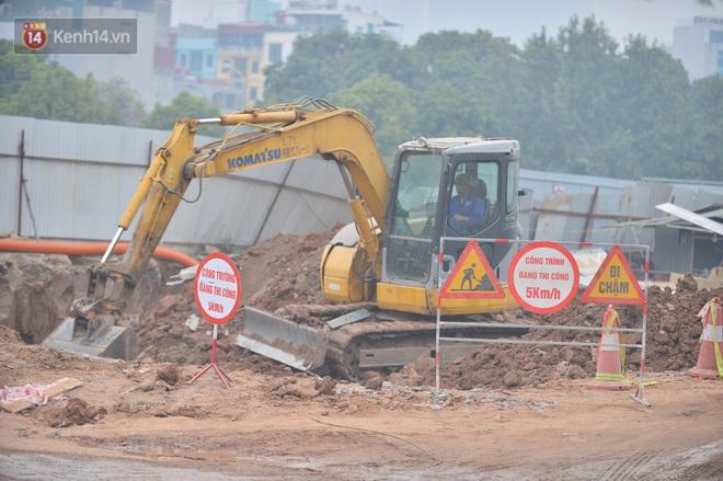 Công trình ngổn ngang tại con đường dài 1,3km treo gần 20 năm giữa Thủ đô khiến người dân khó chịu khi đi qua - Ảnh 8.