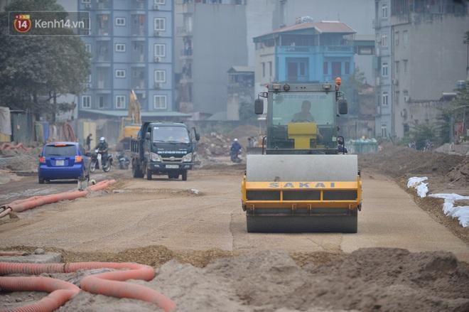 Công trình ngổn ngang tại con đường dài 1,3km treo gần 20 năm giữa Thủ đô khiến người dân khó chịu khi đi qua - Ảnh 10.