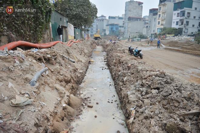 Công trình ngổn ngang tại con đường dài 1,3km treo gần 20 năm giữa Thủ đô khiến người dân khó chịu khi đi qua - Ảnh 14.
