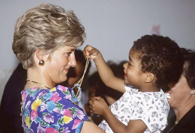7 lý do khiến Diana dù là một Công nương nổi loạn nhưng lại là nhân vật được yêu mến nhất Hoàng gia Anh - ảnh 1