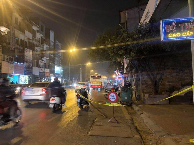 Hà Nội: Thương tâm thai nhi 8 tháng tuổi bị vứt cạnh thùng rác trên đường - Ảnh 2.