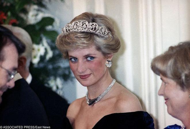 7 lý do khiến Diana dù là một Công nương nổi loạn nhưng lại là nhân vật được yêu mến nhất Hoàng gia Anh - ảnh 6