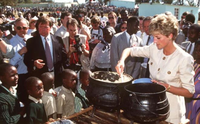 7 lý do khiến Diana dù là một Công nương nổi loạn nhưng lại là nhân vật được yêu mến nhất Hoàng gia Anh - ảnh 3