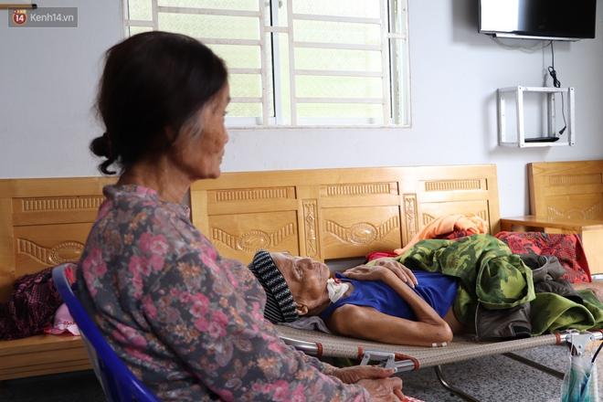 Xót cảnh cụ bà chăm chồng lở loét khắp người, muốn đưa đi viện nhưng không đủ chi phí: Ổng chỉ mong chết đi cho bà bớt khổ - ảnh 1