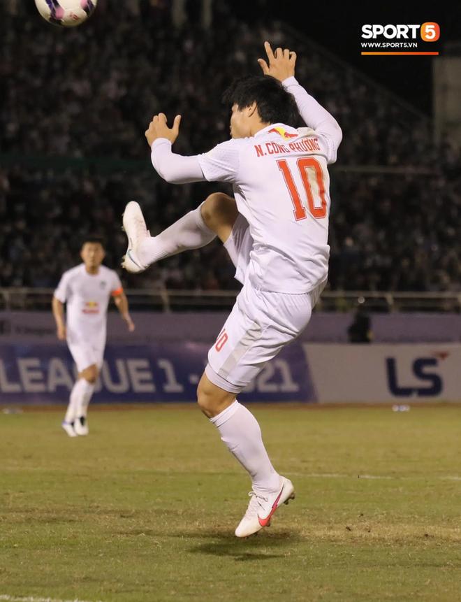 Công Phượng lốp bóng cực điệu nghệ, tân binh bị lãng quên của Sài Gòn FC xuất sắc cản phá ngay trước vạch vôi - ảnh 1