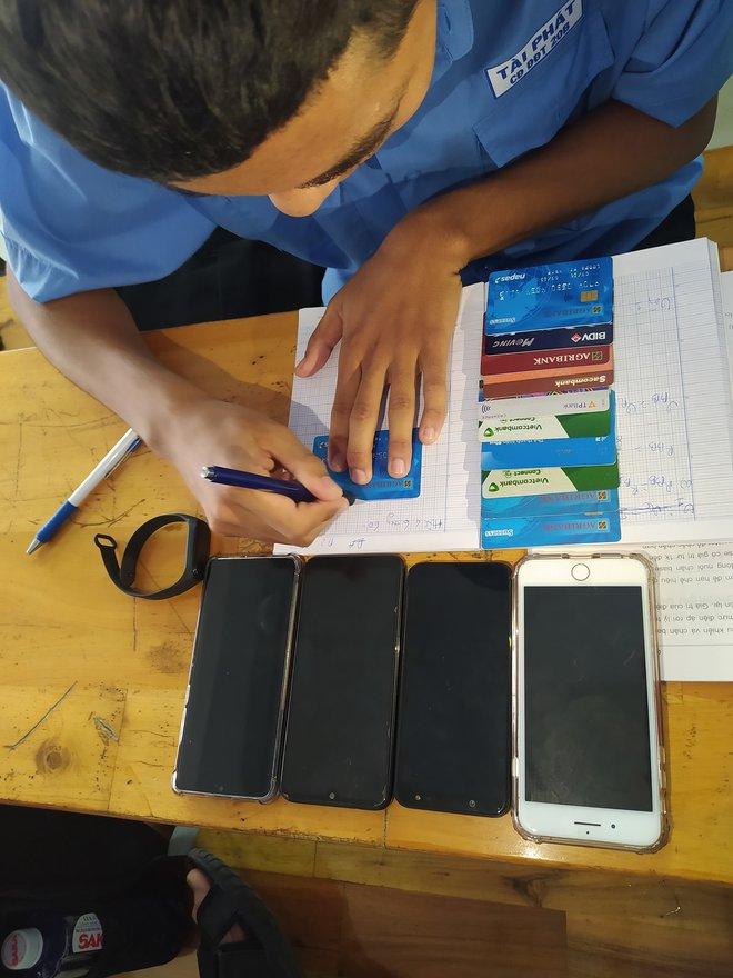 Có tất cả nhưng thiếu thước và đây là 1001 vật dụng được học sinh thay thế: Từ thẻ ATM tới smarpthone đắt tiền, gì cũng dùng để kẻ được - ảnh 2