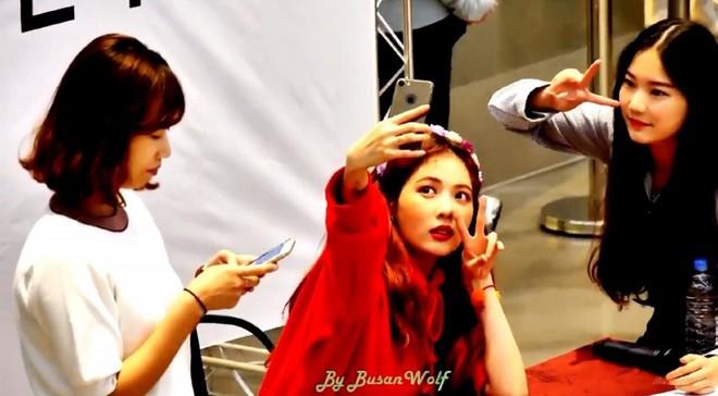 Thành viên girlgroup đẹp át cả báu vật nhà SM đúng là fangirl hiếm có: Năm nào bẽn lẽn bên Hyuna, giờ đã là đồng nghiệp của idol - ảnh 1