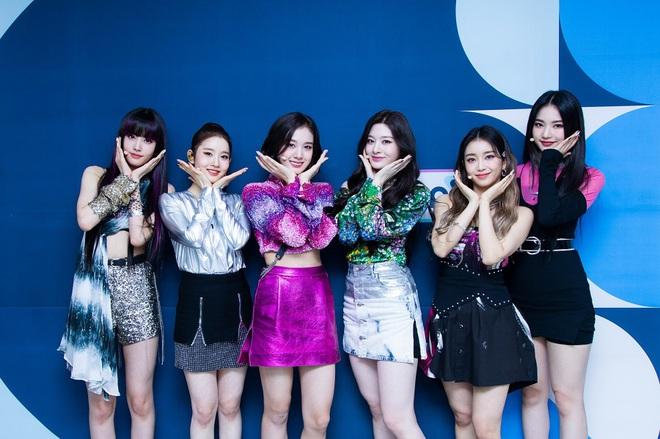 Thành viên girlgroup đẹp át cả báu vật nhà SM đúng là fangirl hiếm có: Năm nào bẽn lẽn bên Hyuna, giờ đã là đồng nghiệp của idol - ảnh 9