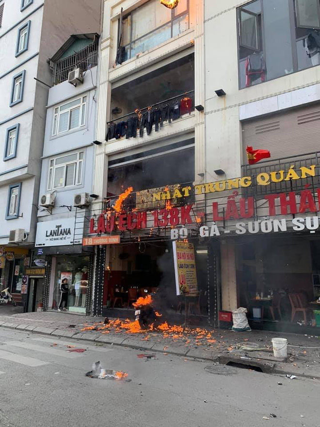 Quán lẩu ếch ở Hà Nội bất ngờ bốc cháy ngùn ngụt, người đi đường sợ hãi chứng kiến từ xa - ảnh 2