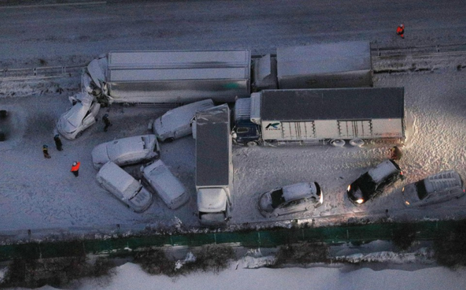 Nhật Bản: 134 ô tô lao vào nhau, 13 người thương vong - ảnh 1