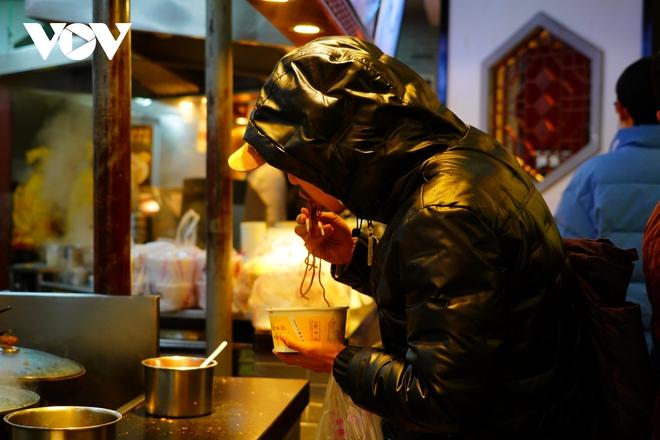 Người Vũ Hán và những bát mỳ trộn nóng vượt qua đại dịch Covid-19 - ảnh 5