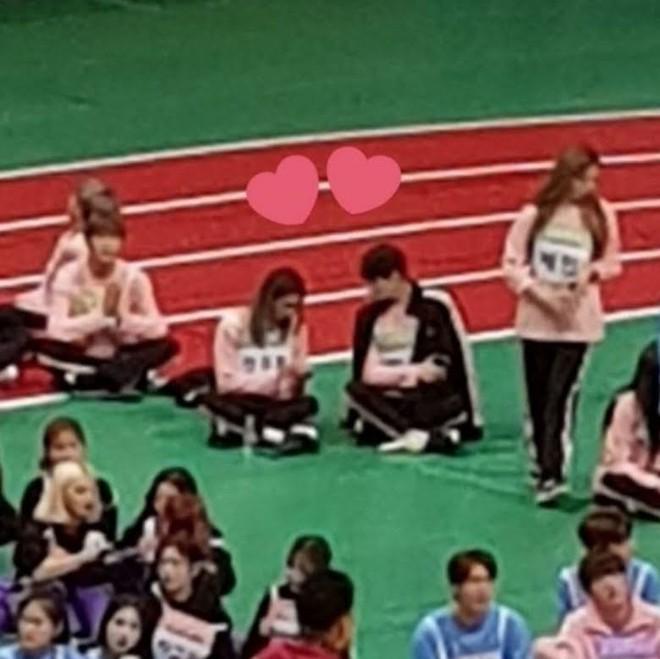 Choáng trước cặp đôi công khai hẹn hò tình tứ tại Đại hội thể thao idol Kpop, giờ sự thật đằng sau mới được hé lộ - ảnh 1