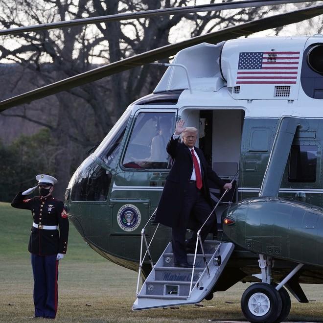 Ông Donald Trump lên máy bay, chính thức rời Nhà Trắng lần cuối dưới cương vị Tổng thống Mỹ - ảnh 1