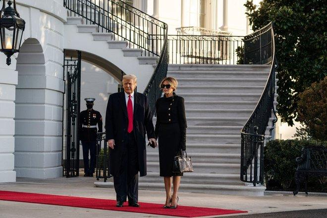 Những khoảnh khắc cuối cùng của ông Donald Trump trên cương vị Tổng thống Mỹ: Tươi cười, vẫy tay chào tạm biệt trước sự chứng kiến của gia đình - ảnh 1