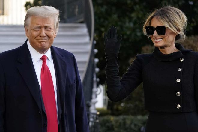 Những khoảnh khắc cuối cùng của ông Donald Trump trên cương vị Tổng thống Mỹ: Tươi cười, vẫy tay chào tạm biệt trước sự chứng kiến của gia đình - ảnh 2