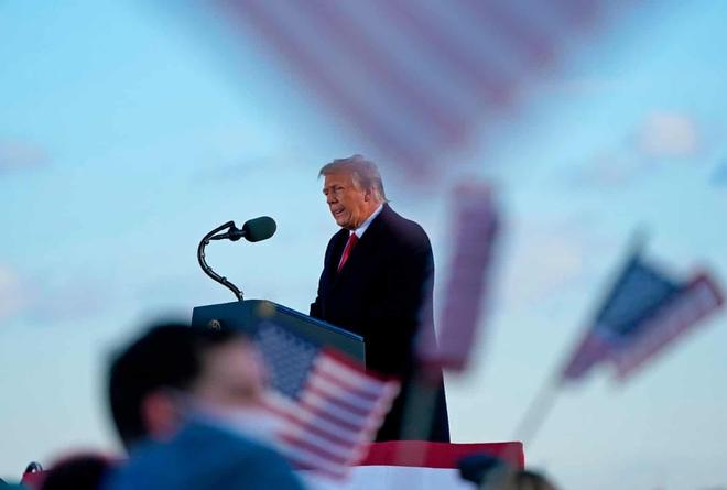 Những khoảnh khắc cuối cùng của ông Donald Trump trên cương vị Tổng thống Mỹ: Tươi cười, vẫy tay chào tạm biệt trước sự chứng kiến của gia đình - ảnh 11