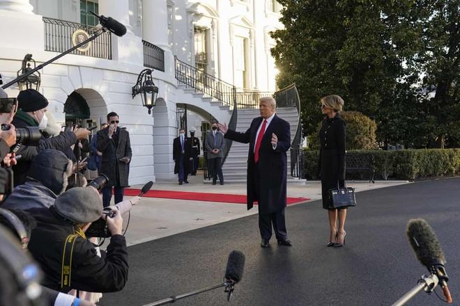 Những khoảnh khắc cuối cùng của ông Donald Trump trên cương vị Tổng thống Mỹ: Tươi cười, vẫy tay chào tạm biệt trước sự chứng kiến của gia đình - ảnh 3