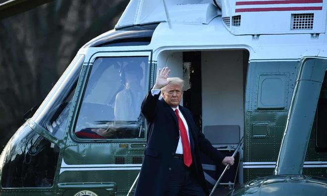 Những khoảnh khắc cuối cùng của ông Donald Trump trên cương vị Tổng thống Mỹ: Tươi cười, vẫy tay chào tạm biệt trước sự chứng kiến của gia đình - ảnh 6