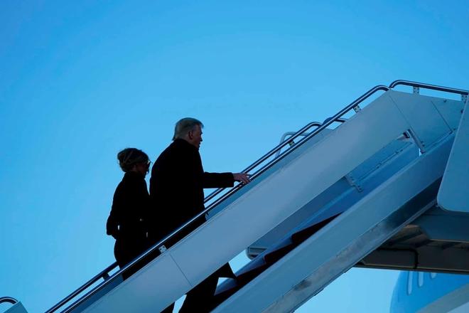 Những khoảnh khắc cuối cùng của ông Donald Trump trên cương vị Tổng thống Mỹ: Tươi cười, vẫy tay chào tạm biệt trước sự chứng kiến của gia đình - ảnh 13