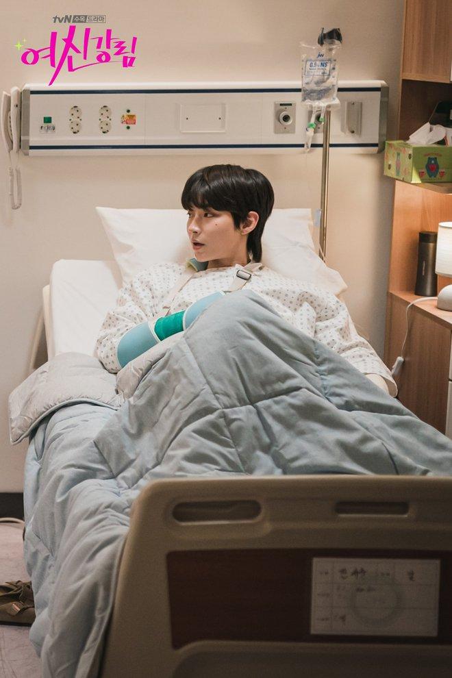 Thiếu Moon Ga Young, Cha Eun Woo liền mạnh bạo đè Hwang In Yeop ngay trong tập 11 True Beauty - ảnh 2