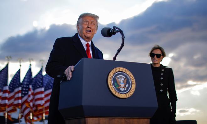 Những khoảnh khắc cuối cùng của ông Donald Trump trên cương vị Tổng thống Mỹ: Tươi cười, vẫy tay chào tạm biệt trước sự chứng kiến của gia đình - ảnh 9