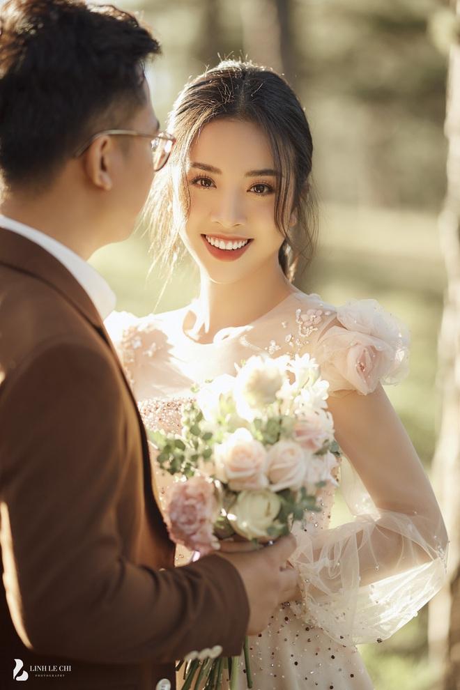 Á hậu Thuý An tung ảnh cưới lung linh trước thềm hôn lễ: Nhan sắc cô dâu đỉnh của chóp, e ấp bên chú rể hơn 12 tuổi! - ảnh 1