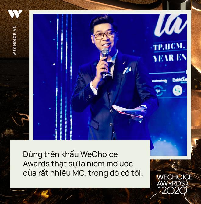 Phỏng vấn nóng MC Vĩnh Phú dẫn dắt đêm gala WeChoice 2020: Khi được xướng tên cố NS Chí Tài, tôi cảm thấy vô cùng nghẹn ngào - ảnh 2