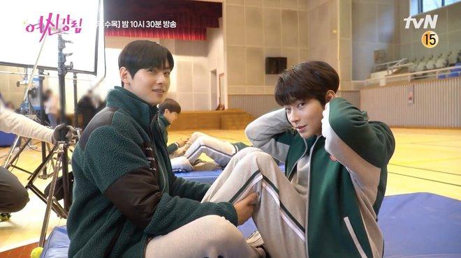 Cha Eun Woo và Hwang In Yeop bị ngã xuống ruộng phân vẫn tám rôm rả ở hậu trường True Beauty - ảnh 4