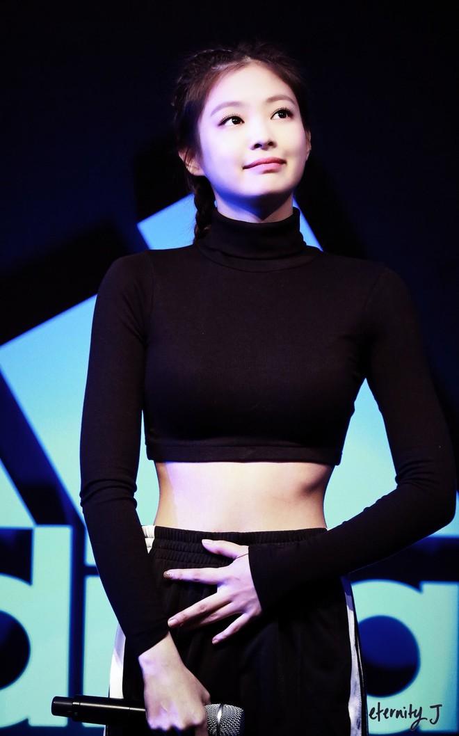 """Có ai như Jennie (BLACKPINK): Để tóc và mặc đồ đen đơn giản mà vẫn xinh xỉu, phô trọn vòng 1 """"mất máu"""" và eo 0% mỡ thừa - ảnh 10"""