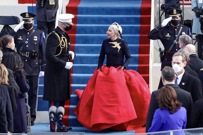 Khoảnh khắc Lady Gaga lên đồ lồng lộng, visual đỉnh cao trong lễ nhậm chức của Tổng thống Mỹ Joe Biden gây bão MXH - ảnh 1