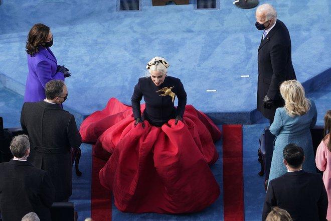 Khoảnh khắc Lady Gaga lên đồ lồng lộng, visual đỉnh cao trong lễ nhậm chức của Tổng thống Mỹ Joe Biden gây bão MXH - ảnh 2
