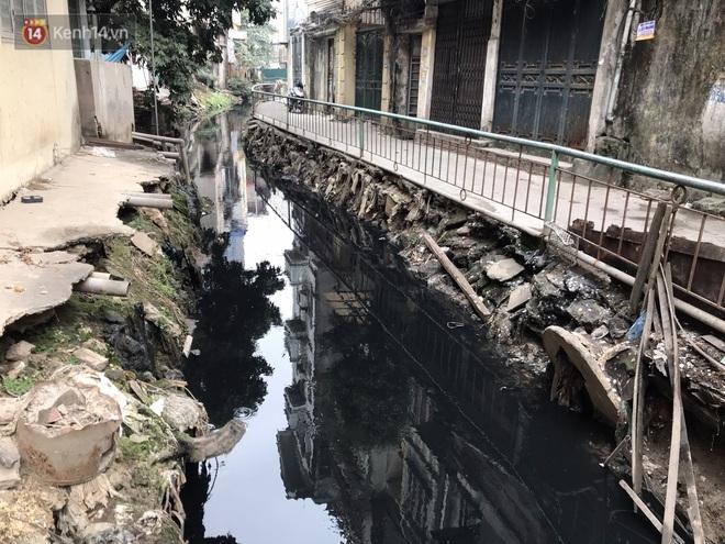 Người dân Hà Nội ám ảnh bởi con mương ô nhiễm dài 3km: Có gia đình 3 thế hệ ngửi mùi nước cống, sống chung với chuột bọ - Ảnh 1.
