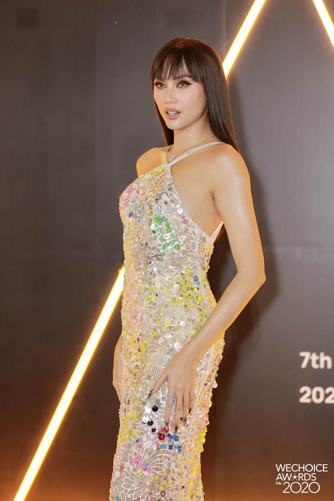 """Loạt bộ cánh mãn nhãn nhất tại thảm đỏ WeChoice 2020: Tiểu Vy, H'Hen Niê tinh giản mà xuất sắc không ngờ, Ngọc Trinh """"chặt chém"""" cực gắt - ảnh 9"""