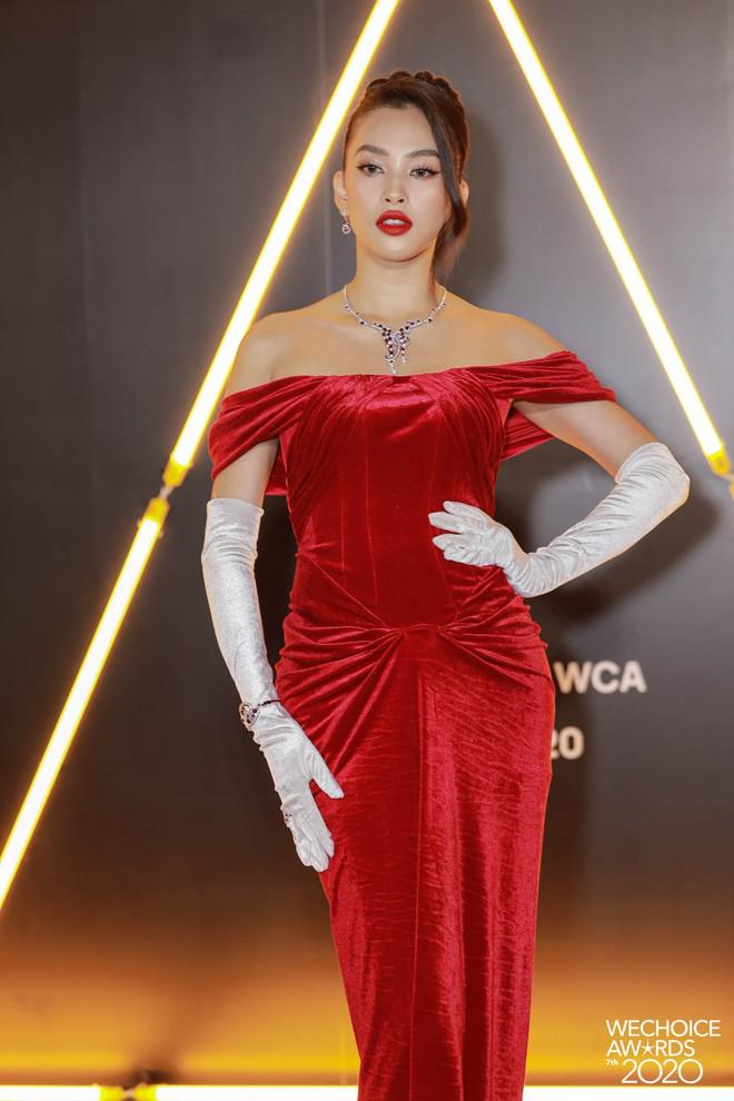 """Loạt bộ cánh mãn nhãn nhất tại thảm đỏ WeChoice 2020: Tiểu Vy, H'Hen Niê tinh giản mà xuất sắc không ngờ, Ngọc Trinh """"chặt chém"""" cực gắt - ảnh 1"""
