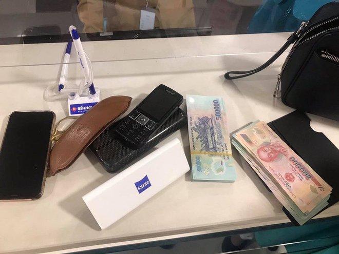 Tiếp viên VNA Group trả lại tài sản giá trị hơn 200 triệu đồng bị khách bỏ quên trên máy bay - ảnh 1