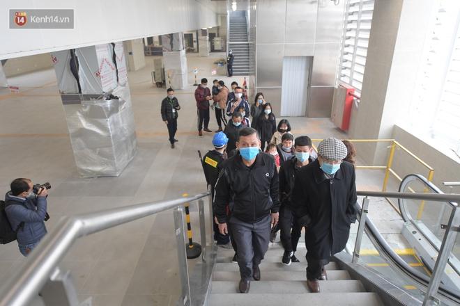 Ảnh, clip: Người Hà Nội hào hứng tham quan đoàn tàu metro đầu tiên Nhổn - ga Hà Nội - ảnh 6