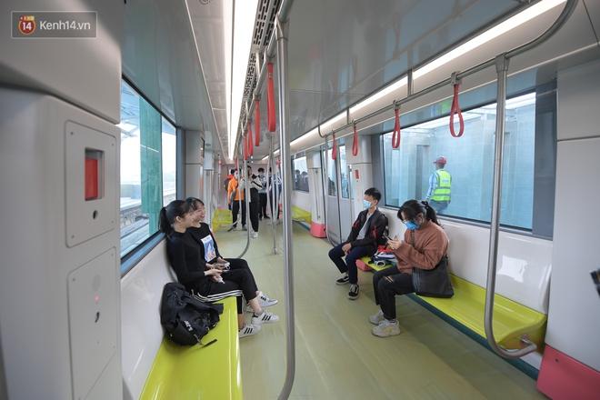 Ảnh, clip: Người Hà Nội hào hứng tham quan đoàn tàu metro đầu tiên Nhổn - ga Hà Nội - ảnh 12