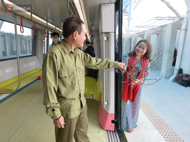 Ảnh, clip: Người Hà Nội hào hứng tham quan đoàn tàu metro đầu tiên Nhổn - ga Hà Nội - ảnh 16