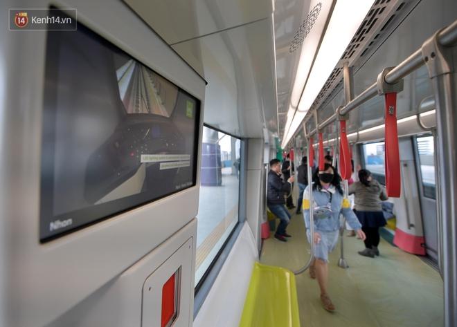 Ảnh, clip: Người Hà Nội hào hứng tham quan đoàn tàu metro đầu tiên Nhổn - ga Hà Nội - ảnh 10